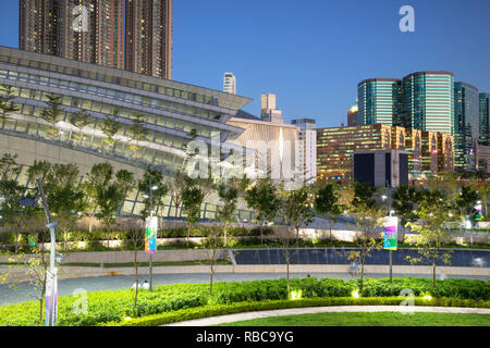 La grande vitesse ferroviaire West Kowloon et la plaza au crépuscule, Kowloon, Hong Kong Photo Stock