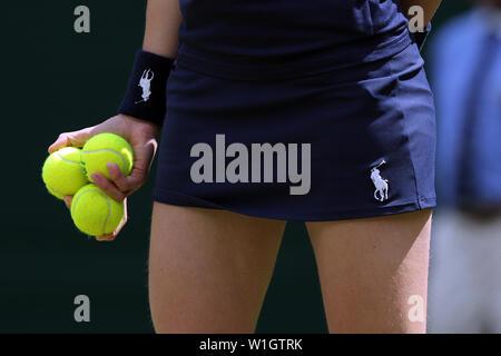 Londres, Royaume-Uni. 2 juillet, 2019. Tournoi de Wimbledon 2019. Ball Girl avec des balles de tennis, Grande-Bretagne, 2019 Allstar Crédit: photo library/Alamy Live News Photo Stock