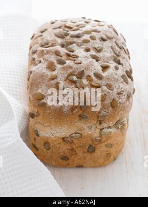 Pain complet avec les graines de citrouille tourné avec un appareil photo numérique moyen format professionnel Photo Stock