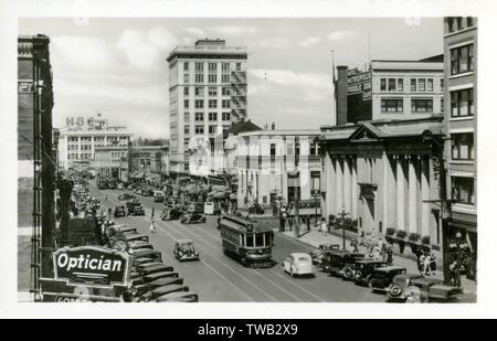 """Douglas Street, Victoria, Colombie-Britannique, Canada - rappeler la publicité signalisation l'hôtel Metropolis et la (merveilleuse) plutôt """"Poodle Dog Café'!! Date: vers 1940 Photo Stock"""