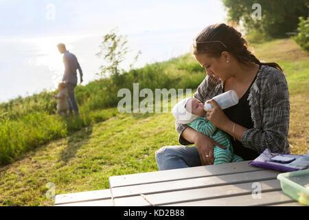 Mère Fils d'alimentation (0-1 mois) Photo Stock