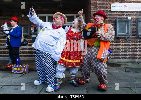 L'Angleterre, Londres, l'Assemblée annuelle de l'Église au service de clowns Grimaldi All Saints Church, West Bay, Groupe de clowns prendre Photos Selfies Photo Stock