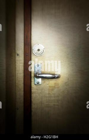 Porte des toilettes fermées en vieux train, Suède Photo Stock