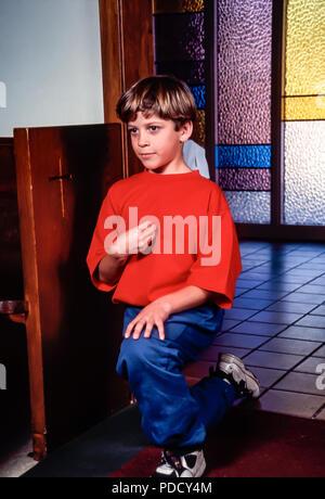 Jeune garçon s'agenouille et M. genuflecting © Myrleen Pearson ...Ferguson Cate Photo Stock
