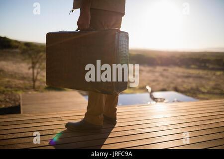 La section basse de l'homme debout sur le pont Photo Stock