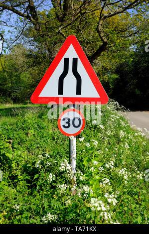 Route Narrows road sign et 30 mph vitesse limite les signes, North Norfolk, Angleterre Photo Stock