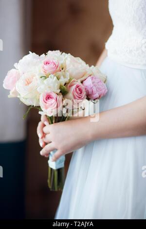 Mains de bride holding bouquet Photo Stock