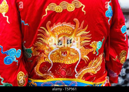 L'Angleterre, Londres, le quartier chinois, le Nouvel An chinois défilé, Parade de costumes Dragon chinois participants représentant Photo Stock