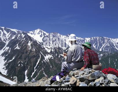 Vieux couple sur le sommet de la montagne Photo Stock