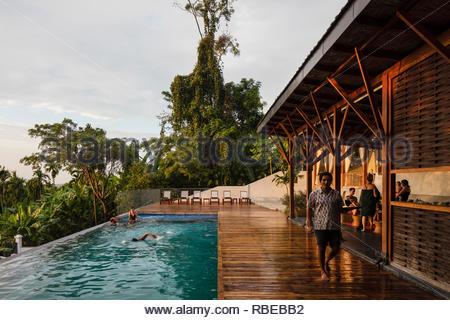 Terrasse avec piscine et des invités. Jalakara Villa Hotel, Andaman et Nicoar, France. Architecte: Ajith Andagere, 2016. Photo Stock