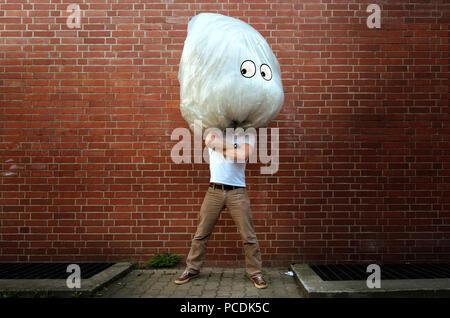 Bizarre,humour,aluminium,sac à déchets,incognito Photo Stock