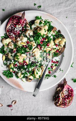 Salade de chou-fleur rôti avec le persil, le citron, et la Grenade Photo Stock