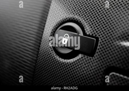 Bouton de verrouillage de porte intérieur tableau de bord de voiture Photo Stock
