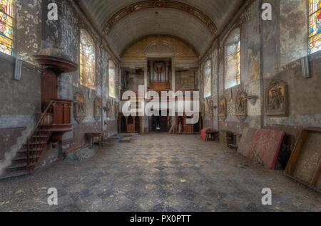 Vue intérieure d'une église abandonnée en Belgique. Photo Stock