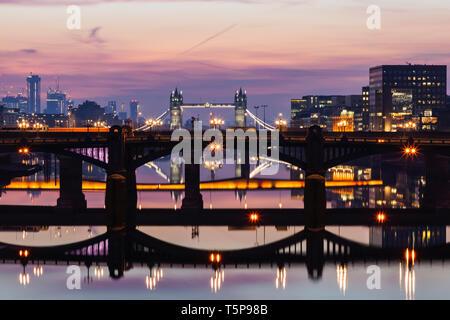 L'Angleterre, Londres, Southwark, London Bridge City, Réflexions des ponts de la Tamise à l'aube Photo Stock