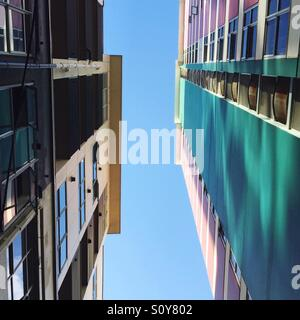 Grands bâtiments colorés vers un ciel bleu. Photo Stock