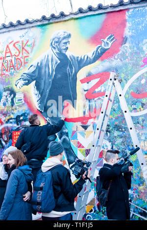 Prague - Mur de Lennon peint pour célébrer 30e anniversaire de la Révolution. Photo Stock