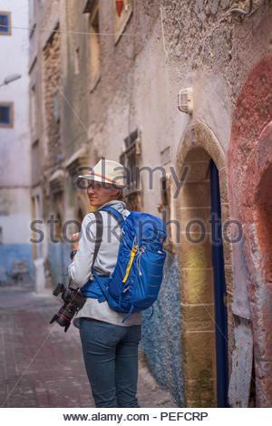 Jeune femme explore touristique Essaouira, Maroc. Photo Stock