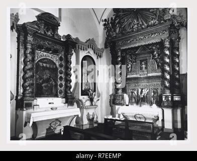 Abruzzes Teramo Tossicia S. Maria Assunta, c'est mon l'Italie, l'Italie Pays de l'histoire visuelle, vues de l'extérieur de l'église et sa façade sculptée avec des têtes humaines, bien que dans la plupart des partie plutôt rustique. Photos de l'intérieur de la fin de la Renaissance avec ses 1570 panneaux moulures et ornementation dans le temps entre la Renaissance et Baroque. Il n'est pas aussi ornées comme un intérieur baroque plus tard. Il y a des détails d'une peinture de l'Assomption, la chaire et l'autel de bois décorés avec de l'or Photo Stock