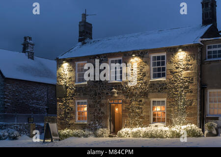 Accueillant village inn en hiver, Bamburgh Northumberland, en Angleterre. L'hiver (février) 2018. Photo Stock