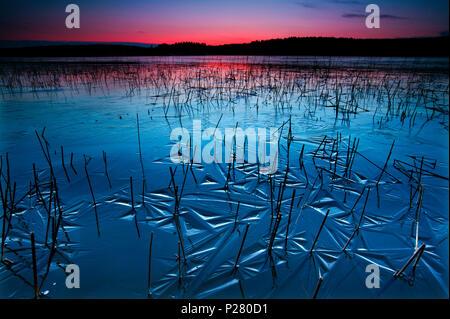 Belle soirée d'hiver au bord du lac Vansjø, au Maroc. Vansjø est une partie de l'eau appelé système Morsavassdraget. Photo Stock