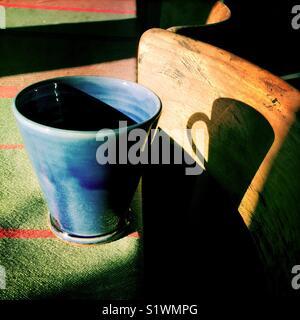Coup de café sur une table de jardin Photo Stock
