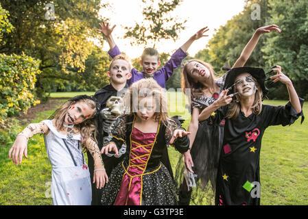 Enfants posent dans zombie des costumes pour Halloween. Photo Stock