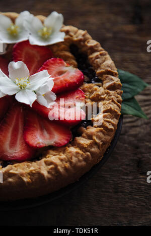 Tarte aux fraises sur une table en bois Photo Stock
