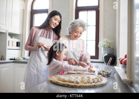 Cheerful family making boulettes en cuisine Photo Stock