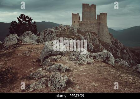 Haut château de Calascio. Abruzzo, Italie Photo Stock