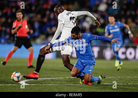 Coliseum Alfonso Pérez, Getafe, Espagne. 22 janvier, 2019. La Copa del Rey de quart de finale de football contre Getafe, Valence ; Mouctar Diakhaby (Valence CF) défis Angel Rodriguez (Getafe) Credit : Action Plus Sport/Alamy Live News Photo Stock