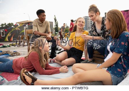Les adolescents qui traînaient dans le parc urbain Photo Stock