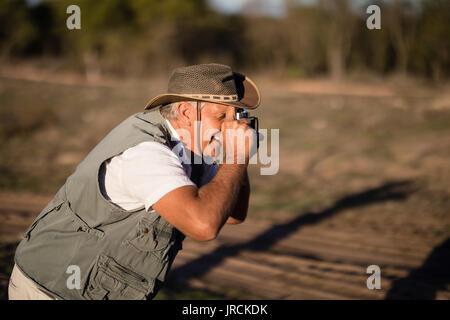 L'homme à l'aide de l'appareil photo vintage Photo Stock