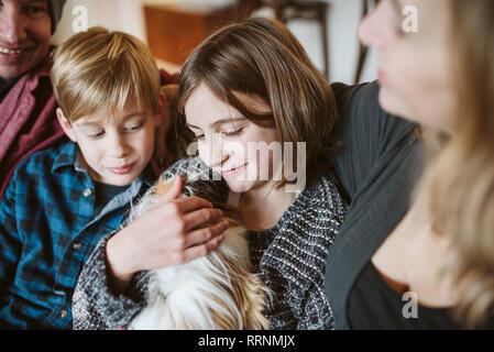 La famille affectueuse avec cochon Photo Stock