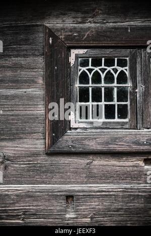 Vieille maison de bois de la fenêtre. Détail de construction en milieu rural. Accueil Campagne scandinave. Photo Stock