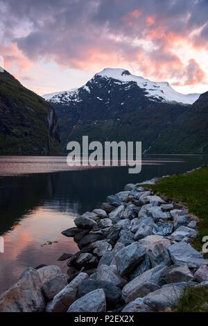 Geirangerfjord, Coucher de soleil, Fjord, Montagnes, Romsdal, Norvège, Europe Photo Stock
