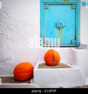 Les citrouilles sur un escalier à Paros, Cyclades, Grèce Photo Stock