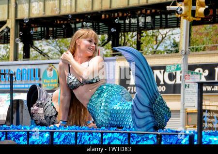 Dame vêtue d'un costume de sirène lors de l'événement.La 37e parade annuelle de sirène a eu lieu à Coney Island, à New York. C'est la plus grande parade de l'art aux Etats-Unis et l'un des plus grands de la ville de New York les évènements de l'été. Photo Stock