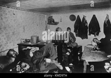 Quatre hommes chinois fumeurs opium dans une chambre dans le quartier chinois de San Francisco, ch. 1905 BSLOC_ Photo Stock