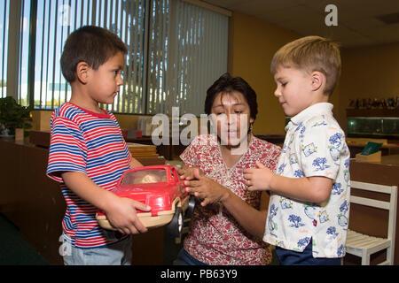 Série de 8 images. Deux jeunes garçons qui se battent pour la possession de l'enseignant explique préscolaire jouets notion de partage. M. © Myrleen Pearson .....Ferguson Cate Photo Stock