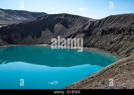 Portrait d'eau bleue dans le lac du cratère Viti, Krafla, Islande Photo Stock
