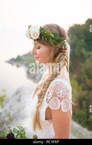 Bride sur clifftop par littoral, falaises de Scarborough, Toronto, Canada Photo Stock