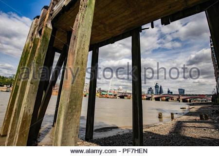 Vue de la ville de Londres à partir de la jetée en bois avec de vieux southbank Photo Stock