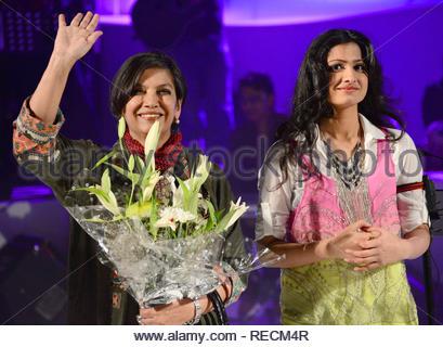 Singer Reewa Rathod, fille du célèbre duo chanteuse Sunali et Roopkumar Rathod avec Bollywood acteur Shabana Azmi lors du lancement de son premier concert à Mumbai, Inde, 05 janvier 2013. (Krishanu Nagar) Photo Stock