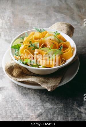 Citrouille, pomme, salade de roquette et noix Photo Stock
