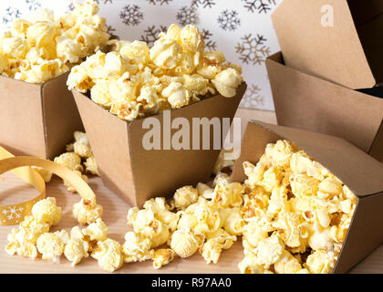 Beurre d'érable popcorn dans de petites boîtes en carton. Photo Stock