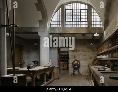 L'arrière-cuisine à Castle Drogo, Devon. La lave n'a été fait ici dans le trois éviers Photo Stock