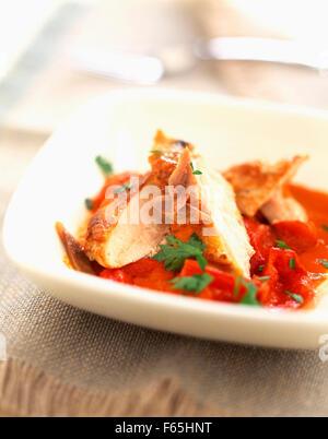 Émincé de poulet aux poivrons, tomates et anchois Photo Stock