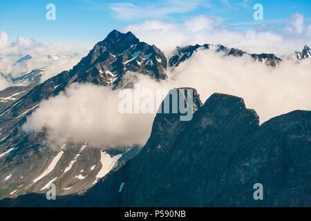 Vue aérienne de Romsdalen, Møre og Romsdal (Norvège). Le pic dans l'avant-plan est Romsdalshorn, et dans l'arrière-plan est Store. vengetind Photo Stock