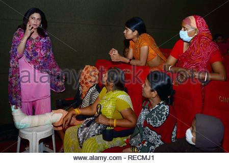 Acteur de télévision Kunickaa Sadanand Lall interagit avec les familles des patients atteints du cancer au cours de la projection spéciale du film de Bollywood Khiladi 786 2 organisé par les jeunes membres du Maharashtra NavNirman Sena (Vidyarthi) sont offertes à Mumbai, Inde, 05 janvier 2013. (Krishanu Nagar) Photo Stock